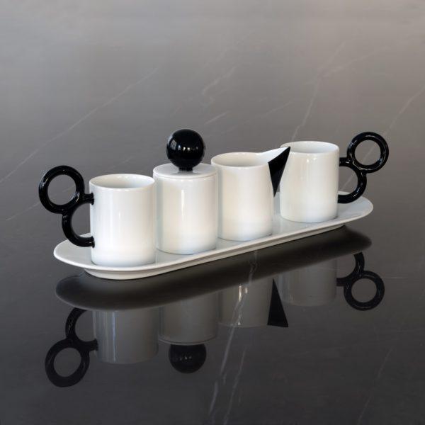 Service à café Maniériste en porcelaine de Limoges avec décor peint à la main en noir - Coffee set Maniériste in fine china made in France in Limoges.
