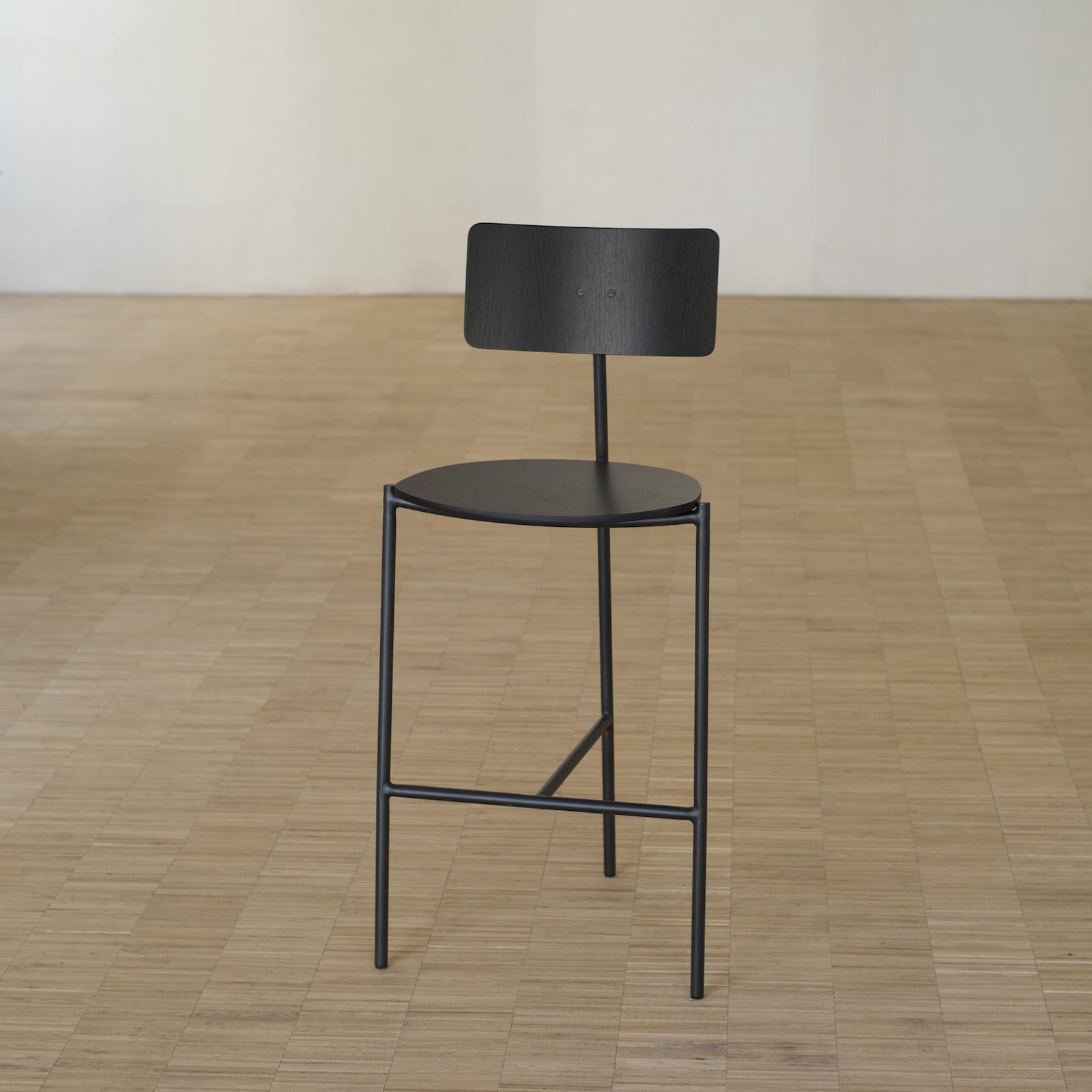 existentialiste barhocker eiche schwarz von extranorm. Black Bedroom Furniture Sets. Home Design Ideas