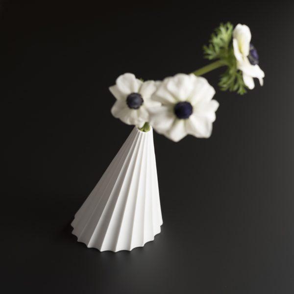 Opéra est un petit vase en porcelaine de Limoges finition biscuit design de Patrick Knoch EXTRANORM