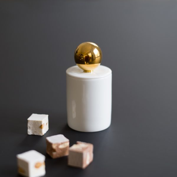 Le sucrier Maniériste est en porcelaine de Limoges peint à la main à l'or véritable - the sugar cup of the Maniériste collection in made in France, in fine porcelain from Limoges with gold gilding..