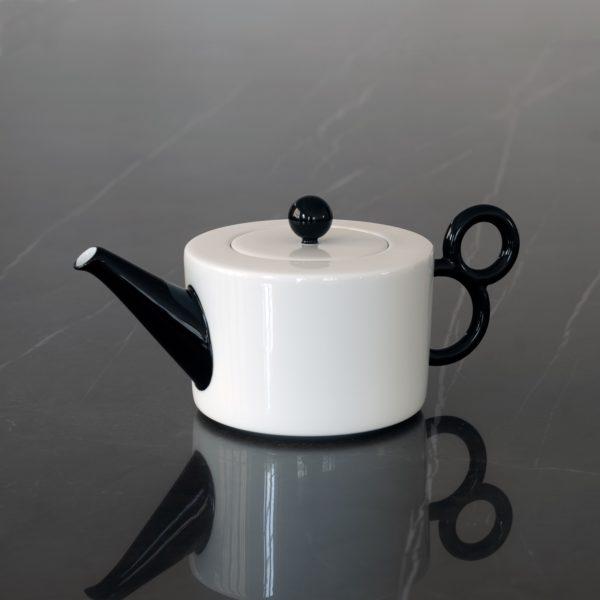 Tea time in black and white with the porcelain collection Maniériste made in France in Limoges - Porcelaine de Limoges, l'heure du thé avec la collection Maniériste, théière avec décor noir peint à la main.