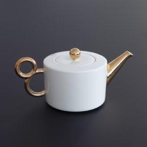 Tea time with the porcelain gold teapot Maniériste made in France in Limoges - Porcelaine de Limoges, l'heure du thé avec la collection Maniériste, théière et tasse à thé.