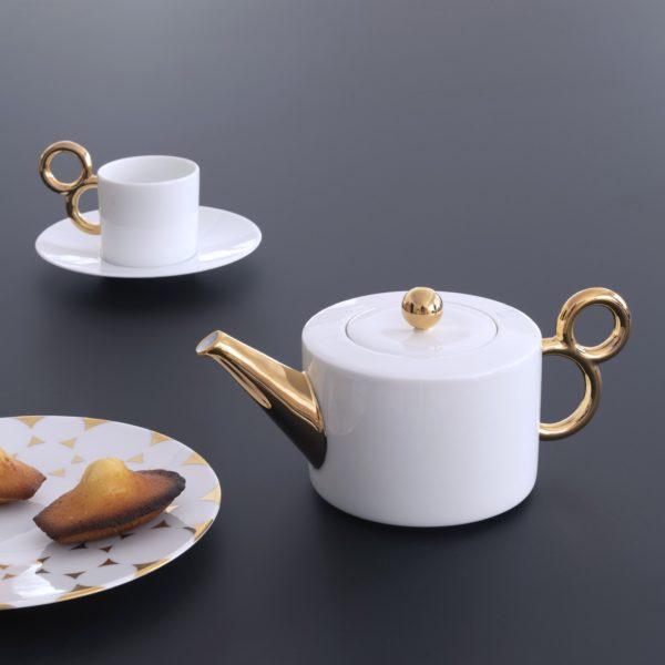 Tea time with the porcelain collection Maniériste in gold finish made in France in Limoges - Porcelaine de Limoges, l'heure du thé avec la collection Maniériste, théière et tasse à thé.