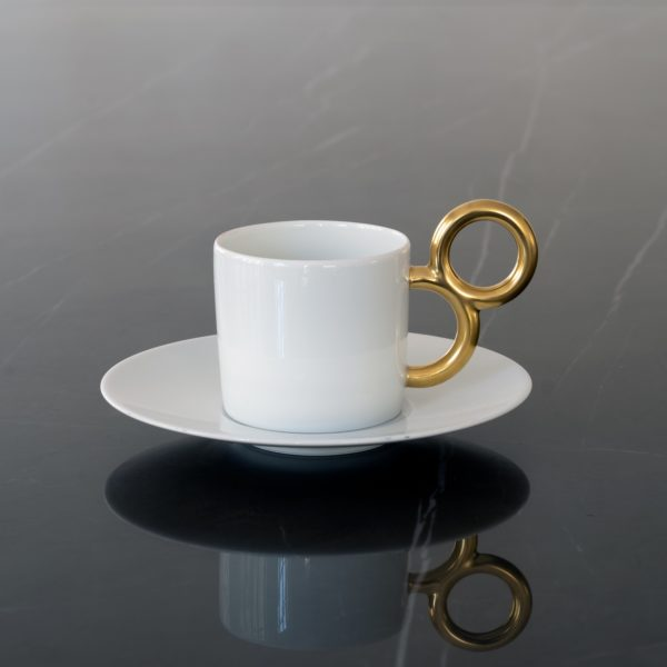 La tasse à thé Maniériste et sa soucoupe accorde design et luxe en porcelaine de Limoges avec décor peint à la main en or mat - Luxury design for the Maniériste coffee cup in porcelain from Limoges with matte gold hand painted décor - Made in France