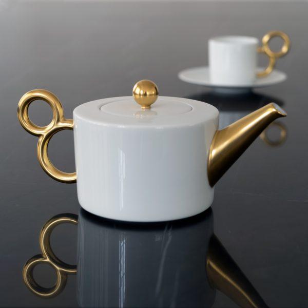 La théière complète la collection Maniériste en porcelaine avec décor or mat - Teapot made in France in fine porcelain from Limoges.
