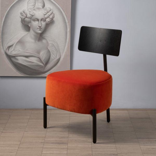 Le velours Kvadrat Raf Simons Harald 3 met en valeur le petit fauteuil 3 pieds Humaniste de Patrick Knoch pour EXTRANORM, fabrication française, Made in France.