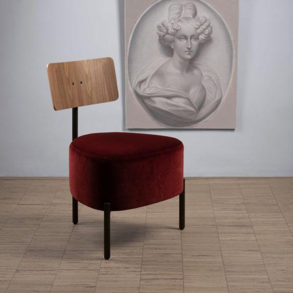 Le velours Kvadrat Raf Simons Harald 3 en rouge profond sur le petit fauteuil 3 pieds Humaniste de Patrick Knoch pour EXTRANORM, fabrication française, Made in France.
