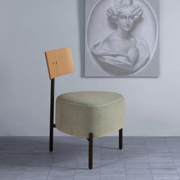 Humaniste est un petite assise à 3 pieds en velours Kvadrat vert pâle, design de Patrick Knoch pour EXTRANORM, fabrication française, Made in France.