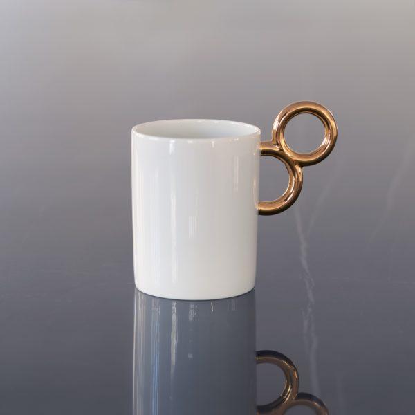 Le mug Maniériste offre élégance et exubérance en porcelaine de Limoges avec un décor en or - original design for the fine china Maniériste mug made in France.