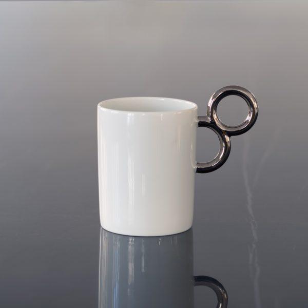 Le mug Maniériste offre élégance et exubérance en porcelaine de Limoges avec un décor en platine brillant - original design for the fine china Maniériste mug made in France.